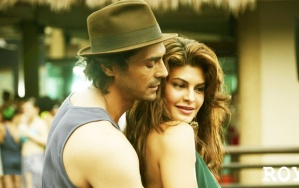 arjun_rampal_and_jacqueline_in_roy_2015-t3